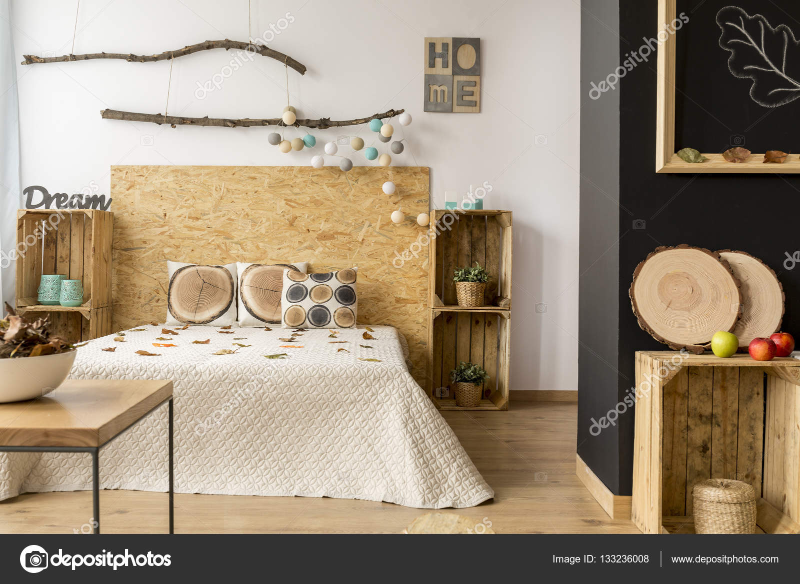 Houten Accessoires Slaapkamer : Gezellige houten slaapkamer u stockfoto photographee eu