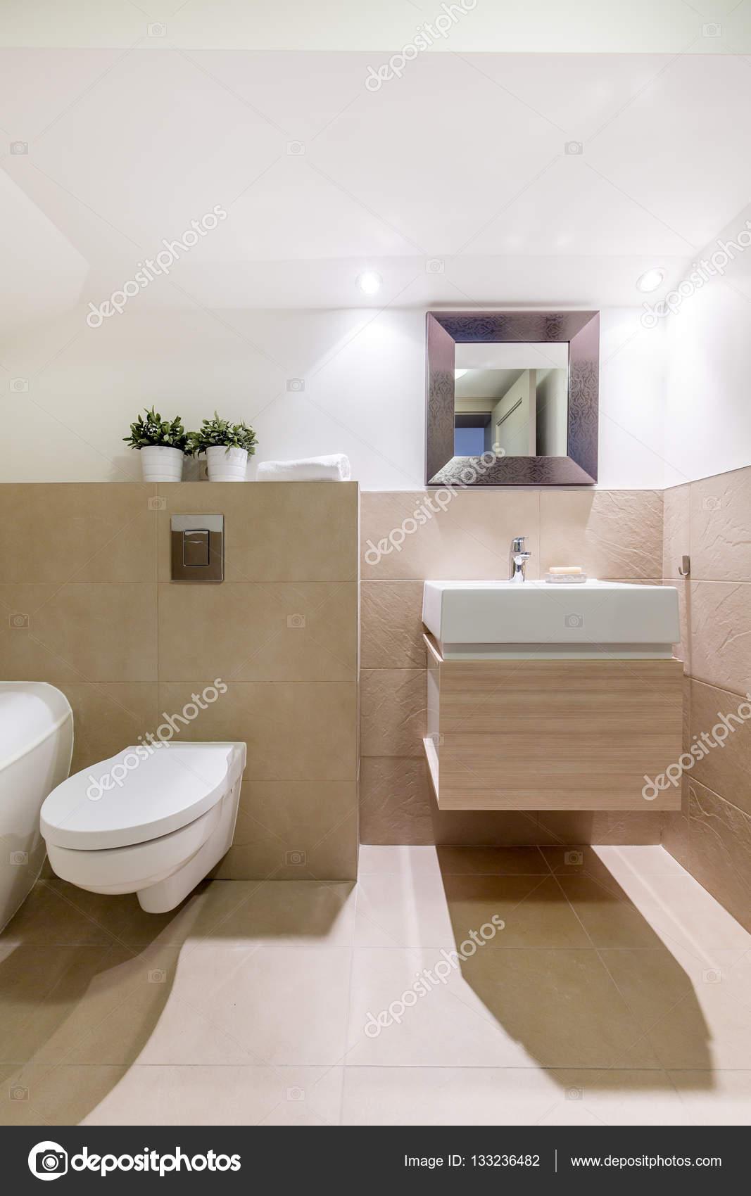 Travertin salle de bain avec WC et lavabo — Photographie ...