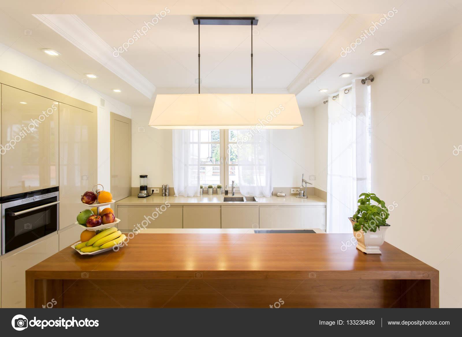 Cucine Con Bancone In Legno : Cucina con bancone in legno u2014 foto stock © photographee.eu #133236490