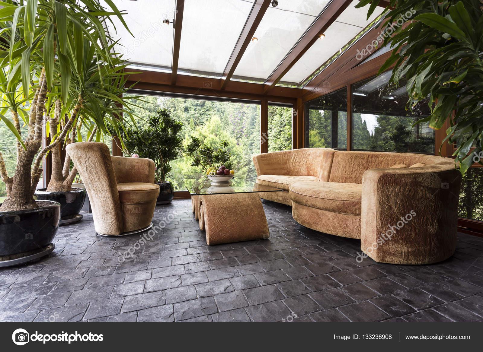 Komfortable Lounge Im Wintergarten Stockfoto