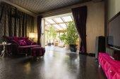 Tmavá obývací pokoj s verandou