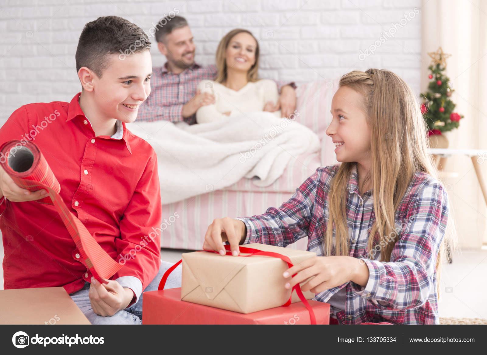 Kinder Weihnachtsgeschenke vorbereiten — Stockfoto © photographee.eu ...