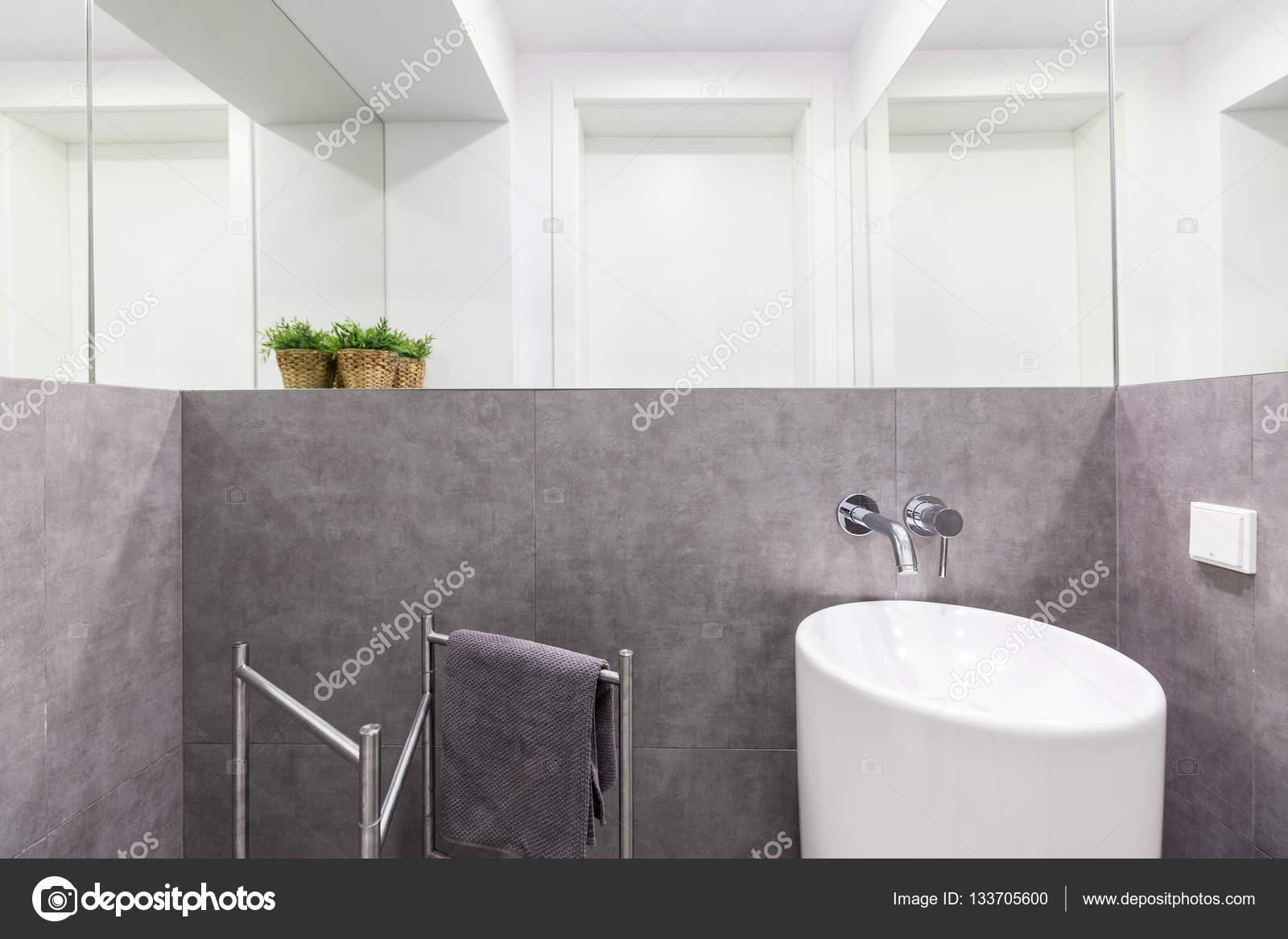 Mpetite Salle De Bain ~ Petite Salle De Bains Avec Lavabo Moderne Photographie