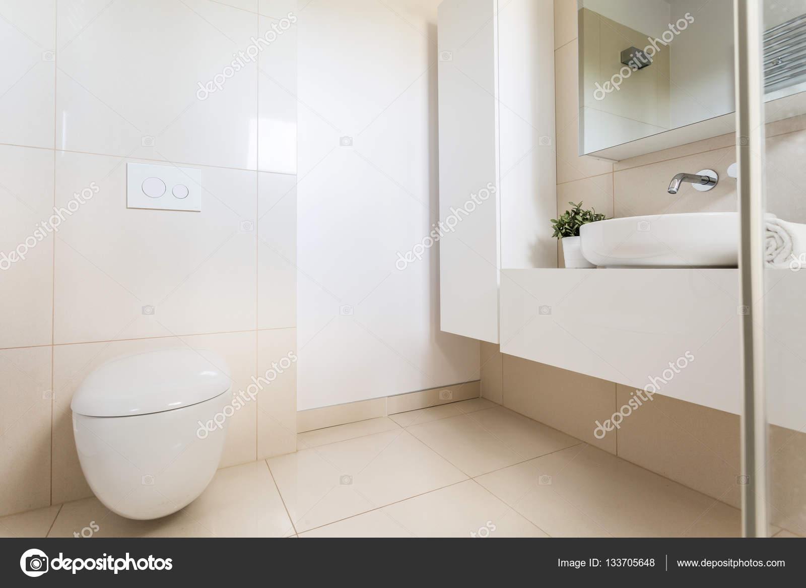 Minimalistische badezimmer mit modernen wc u stockfoto