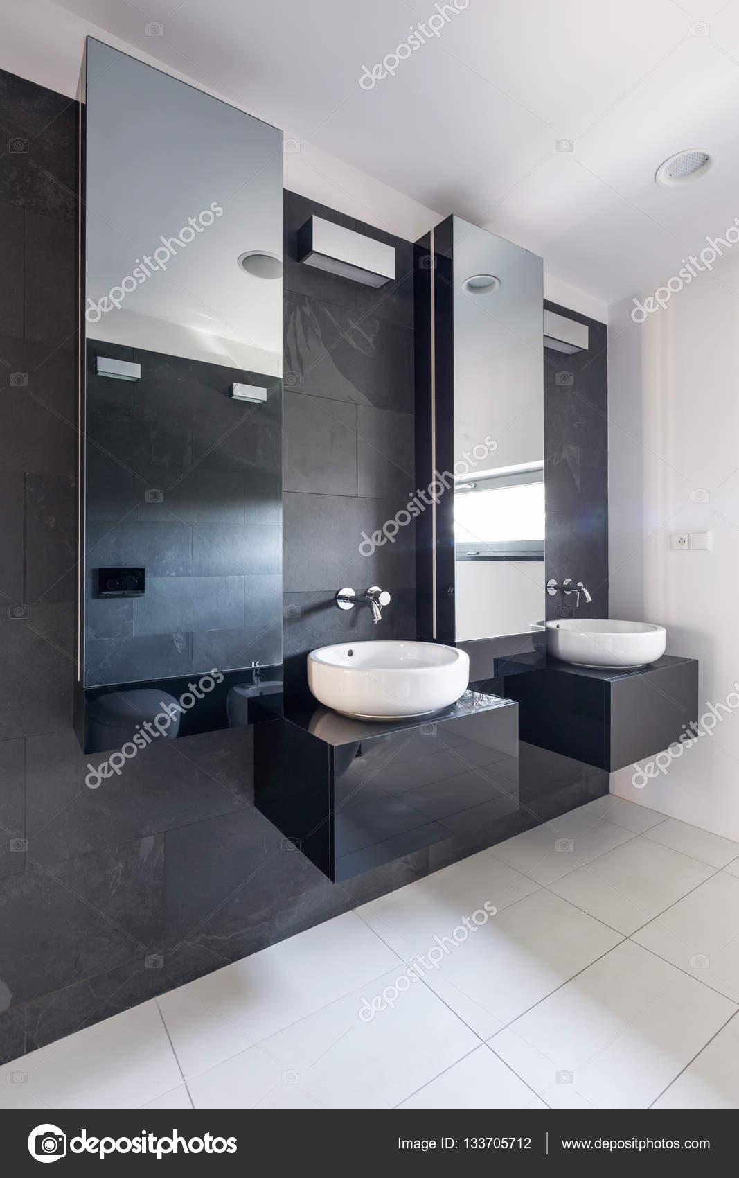 Elegancka łazienka Z Dwoma Umywalkami Zdjęcie Stockowe