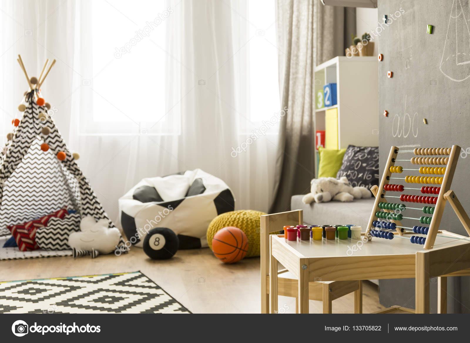 Quarto Colorido Com Brinquedo De Madeira Stock Photo  ~ Quarto De Arquiteto Estudante E Decoração Quarto Colorido