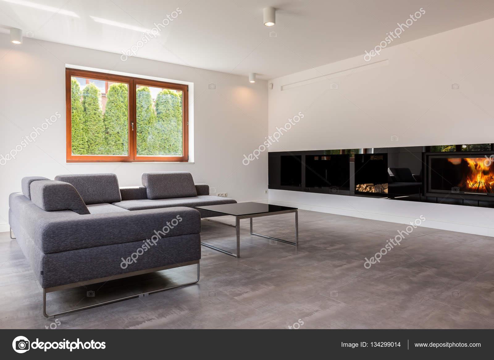 Élégante salle à manger avec cheminée moderne — Photographie ...