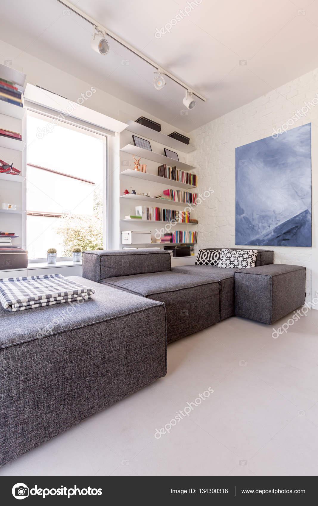 Modernes Zimmer mit Couch und Bücher — Stockfoto © photographee.eu ...