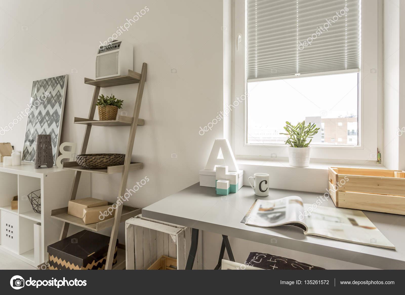 Design Bureau Woonkamer : Grijs bureau en houten plank in de woonkamer u stockfoto
