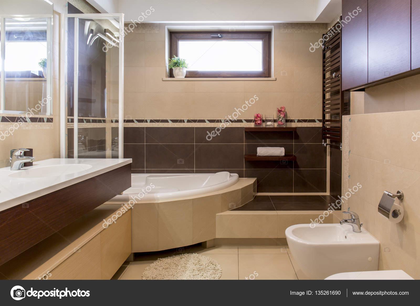 Bagno moderno beige e marrone — Foto Stock © photographee.eu ...