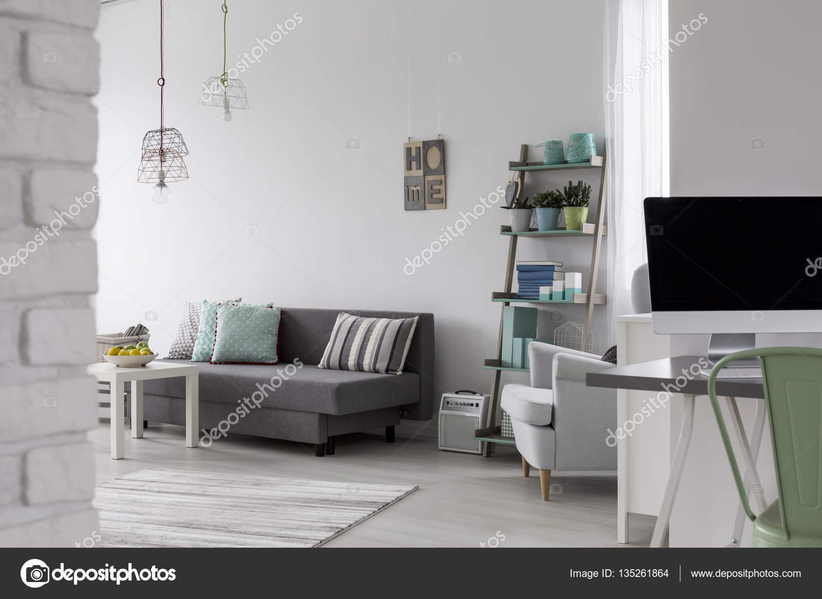 Sala De Estar Com Sof Cinza Mesa De Centro E Uma Poltrona Branca  -> Sala Com Sofa Cinza E Poltronas