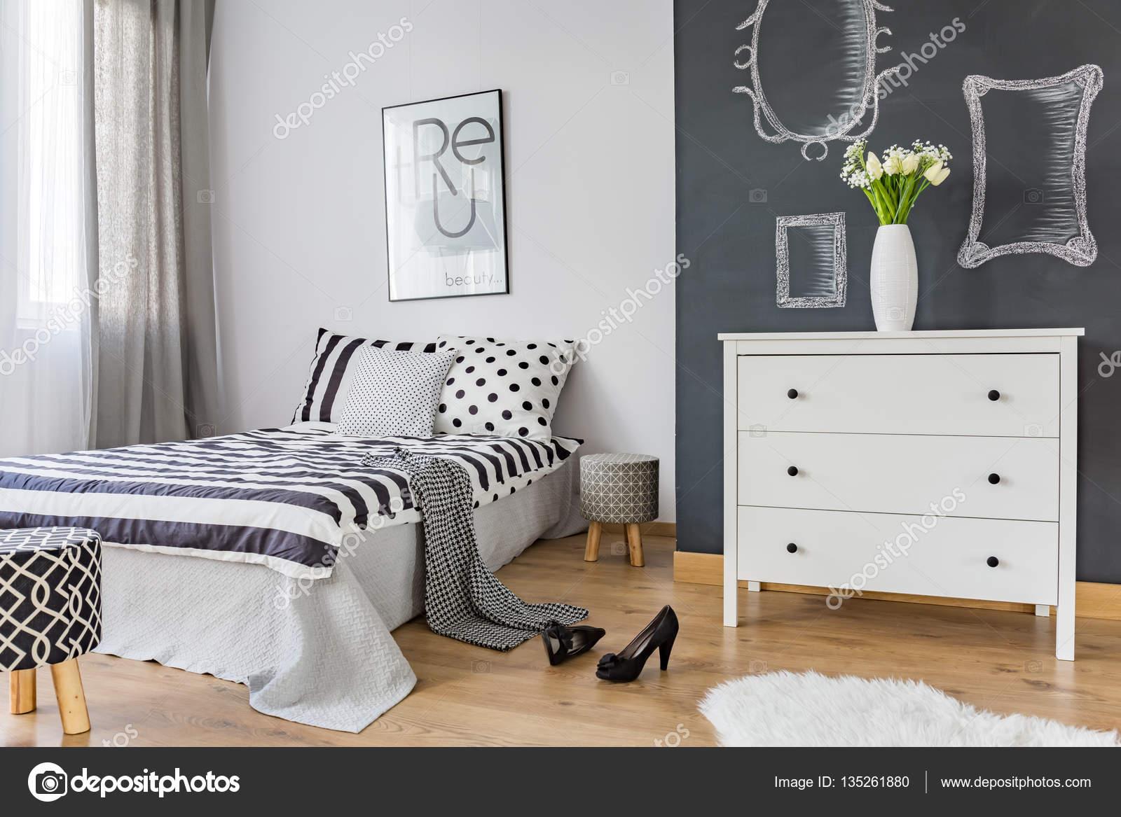 Gemütliches Schlafzimmer mit Kleidung auf Bett — Stockfoto ...