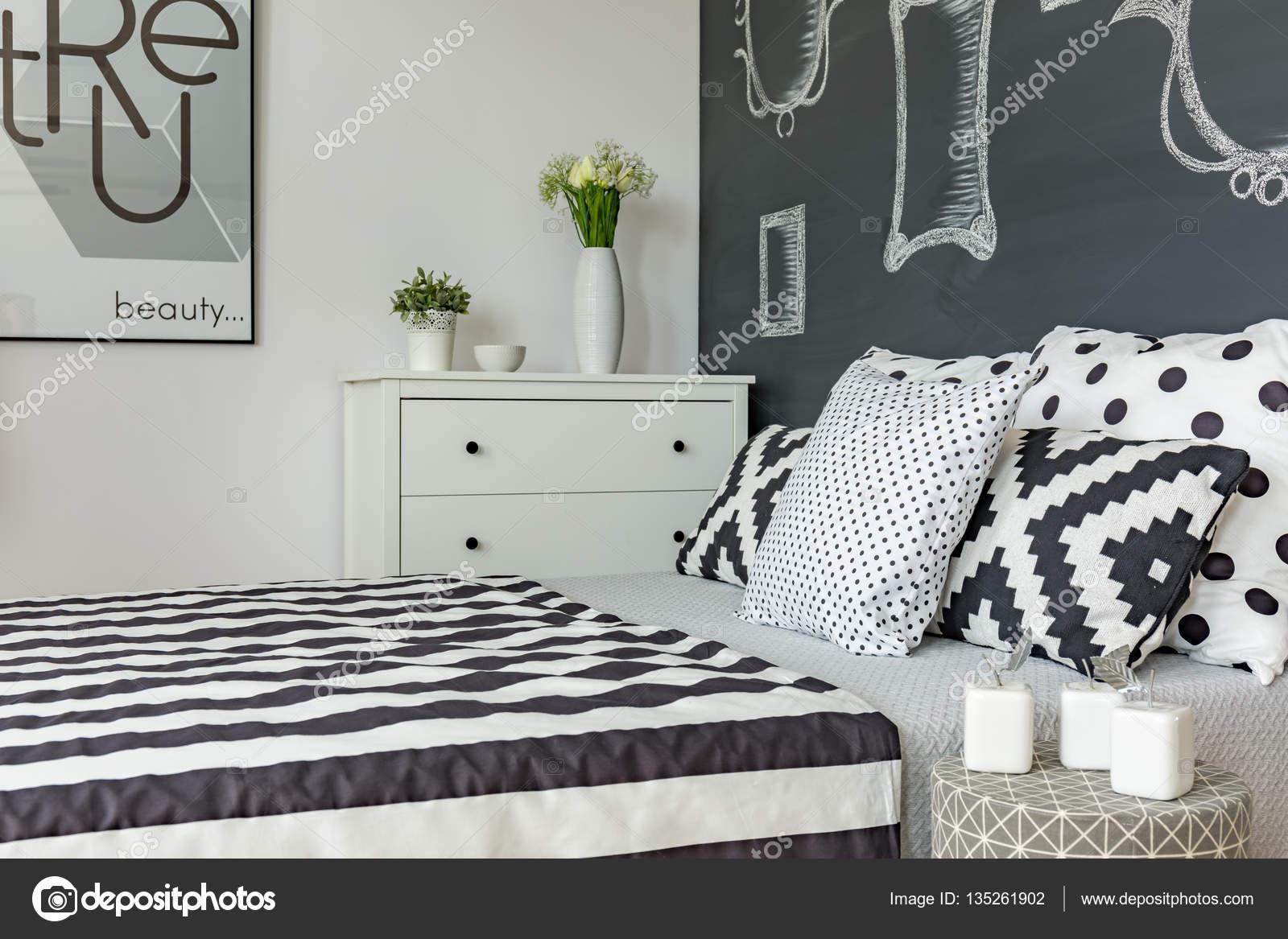 Posto letto in camera bianca e nera — Foto Stock ...