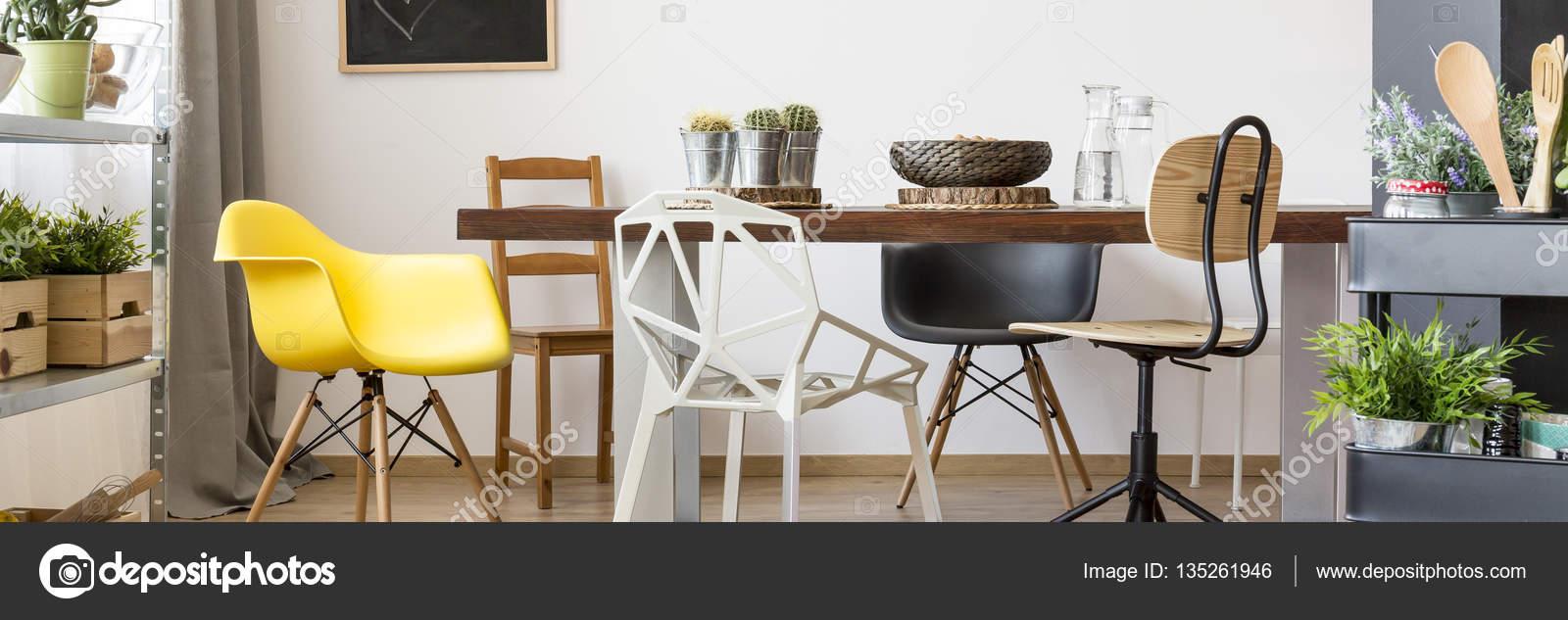 Tafel en stoelen in de eetkamer — Stockfoto © photographee.eu #135261946