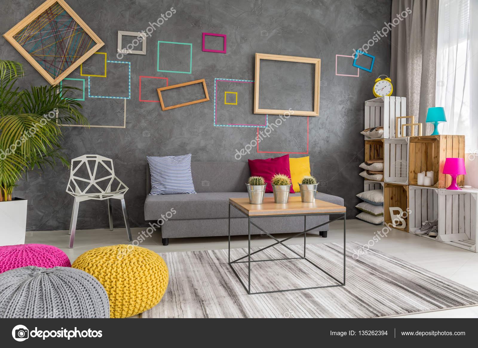 Grijs, geel en roze woonkamer — Stockfoto © photographee.eu #135262394