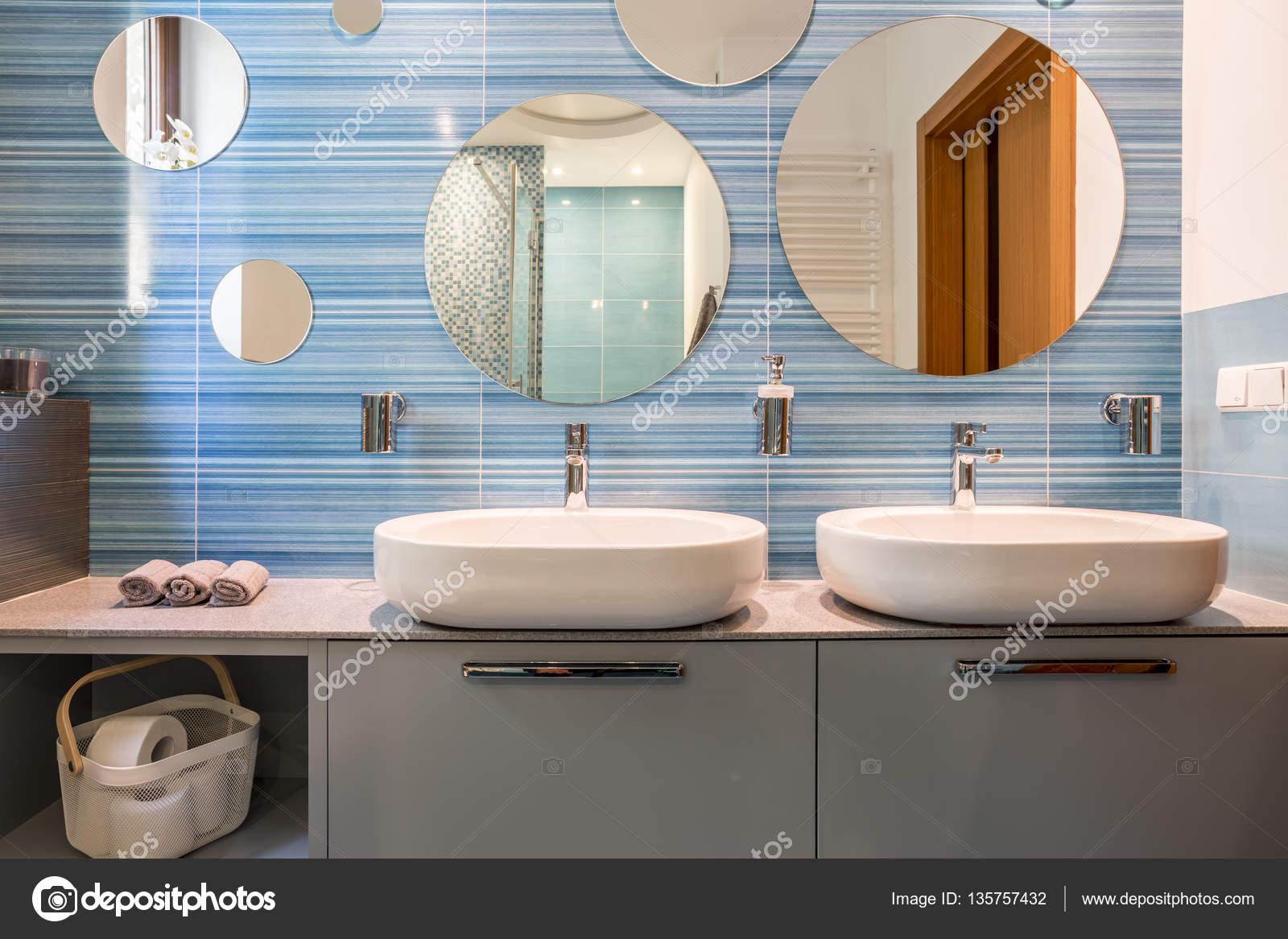 łazienka Z Dwoma Umywalkami Zdjęcie Stockowe