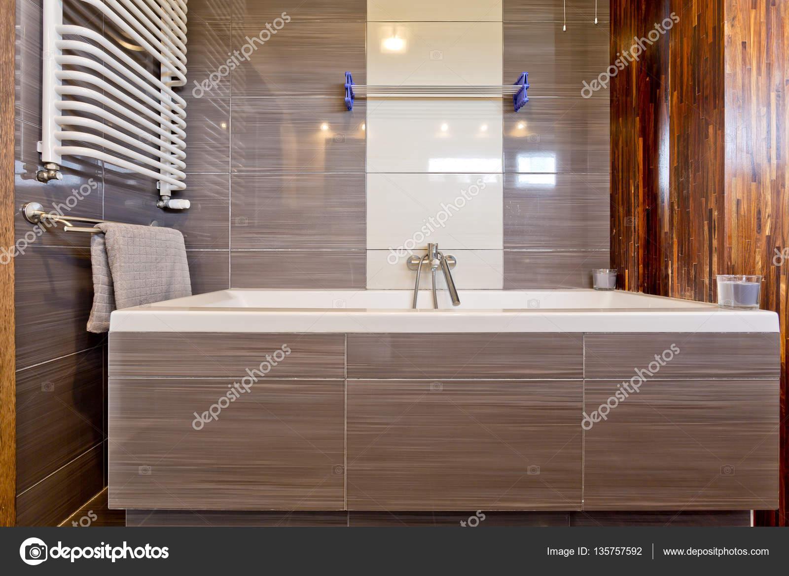 Bad Und Heizkorper Im Badezimmer Stockfoto C Photographee Eu