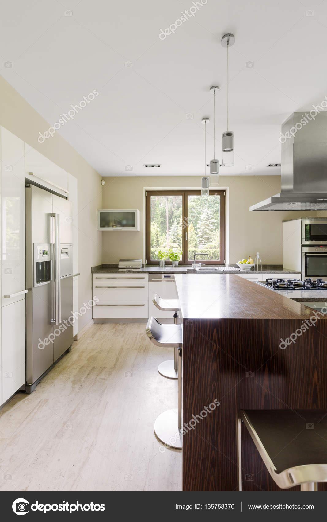 moderne Küche mit Kücheninsel — Stockfoto © photographee.eu #135758370