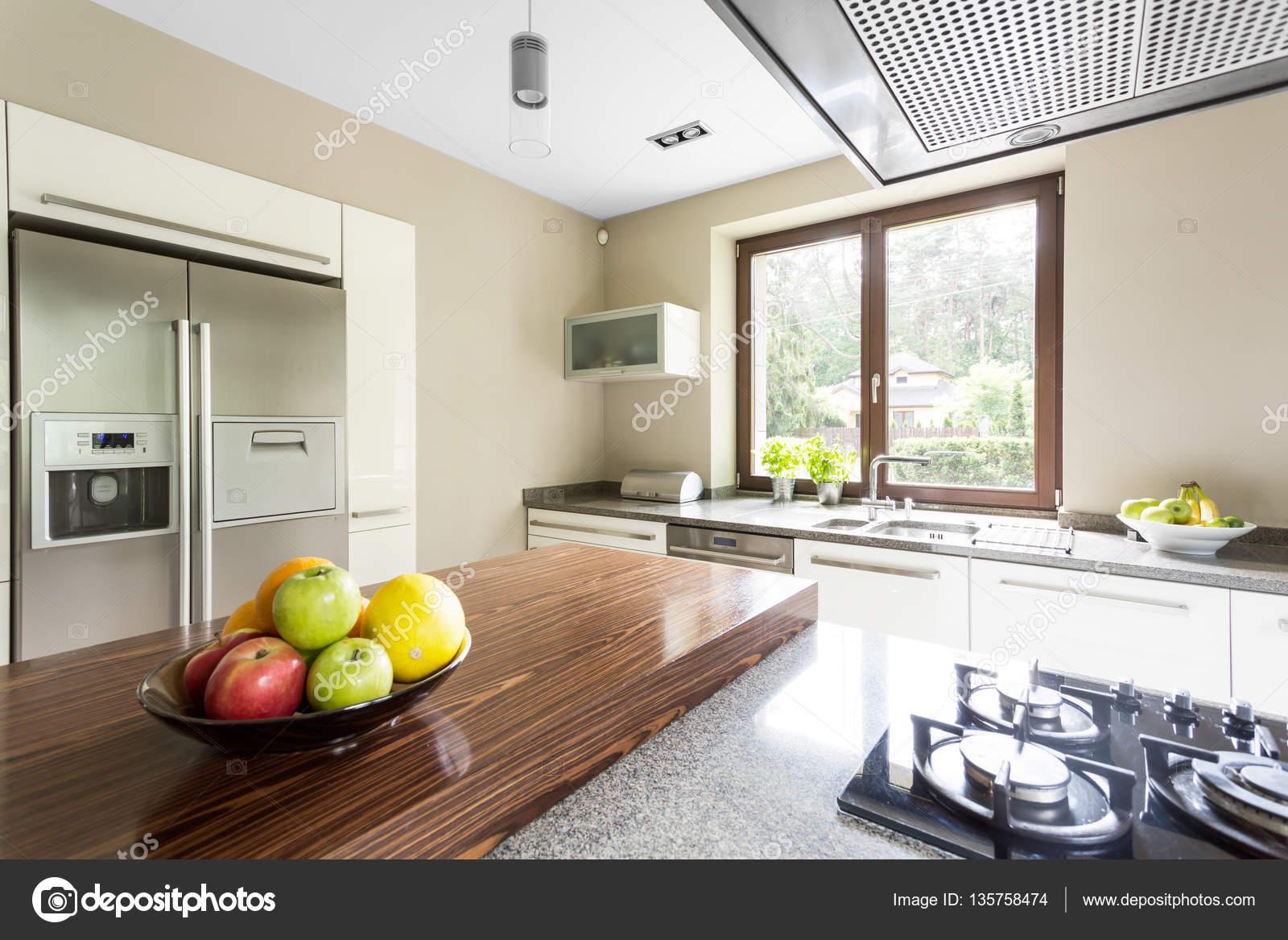 Zwei Türen Kühlschrank in der Küche — Stockfoto © photographee.eu ...