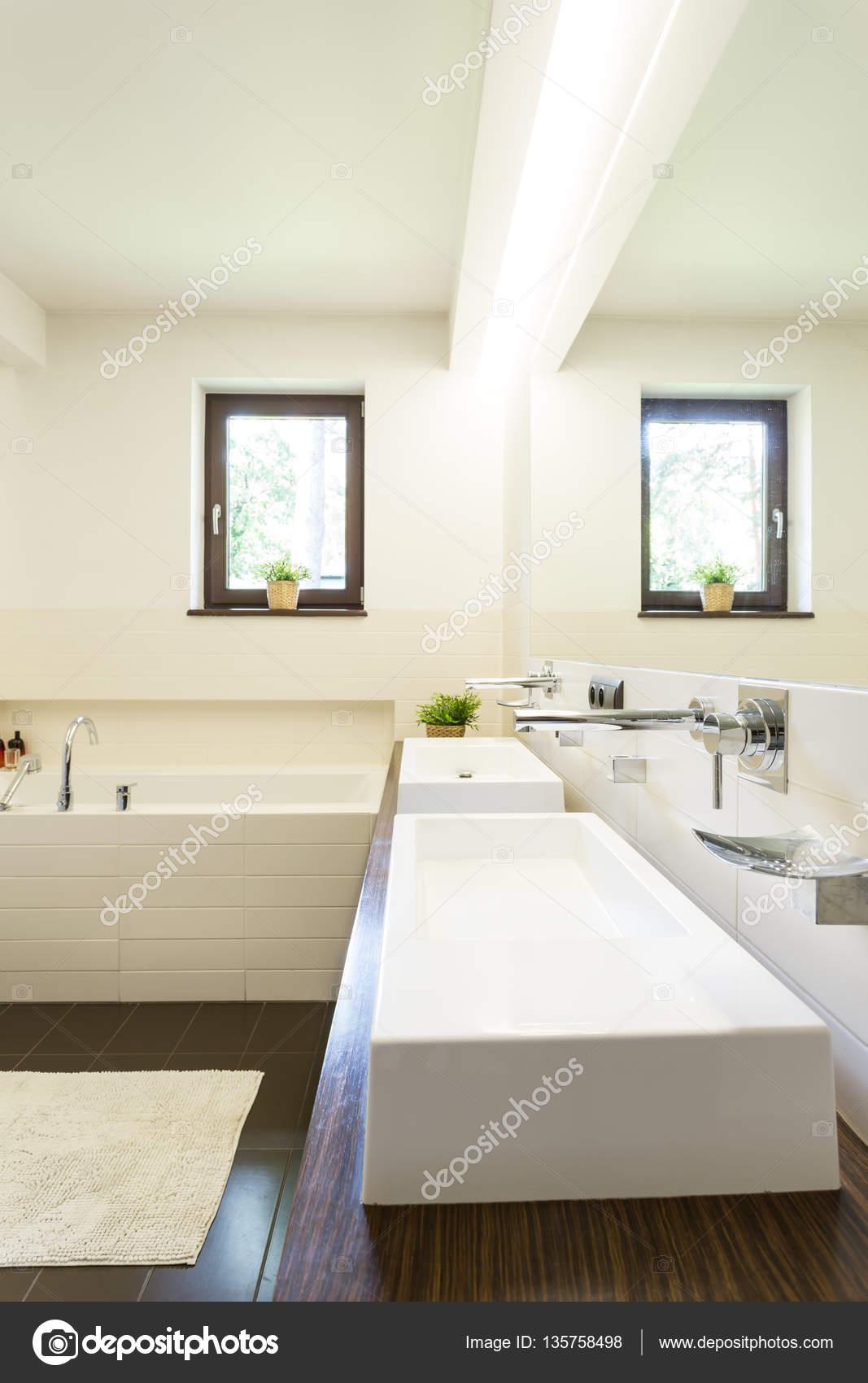Bagno con due lavabi — Foto Stock © photographee.eu #135758498