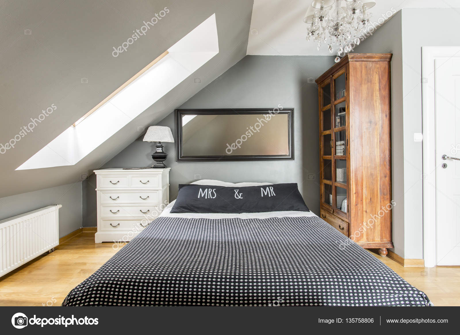 Lit King-Size dans la chambre à coucher moderne — Photographie ...