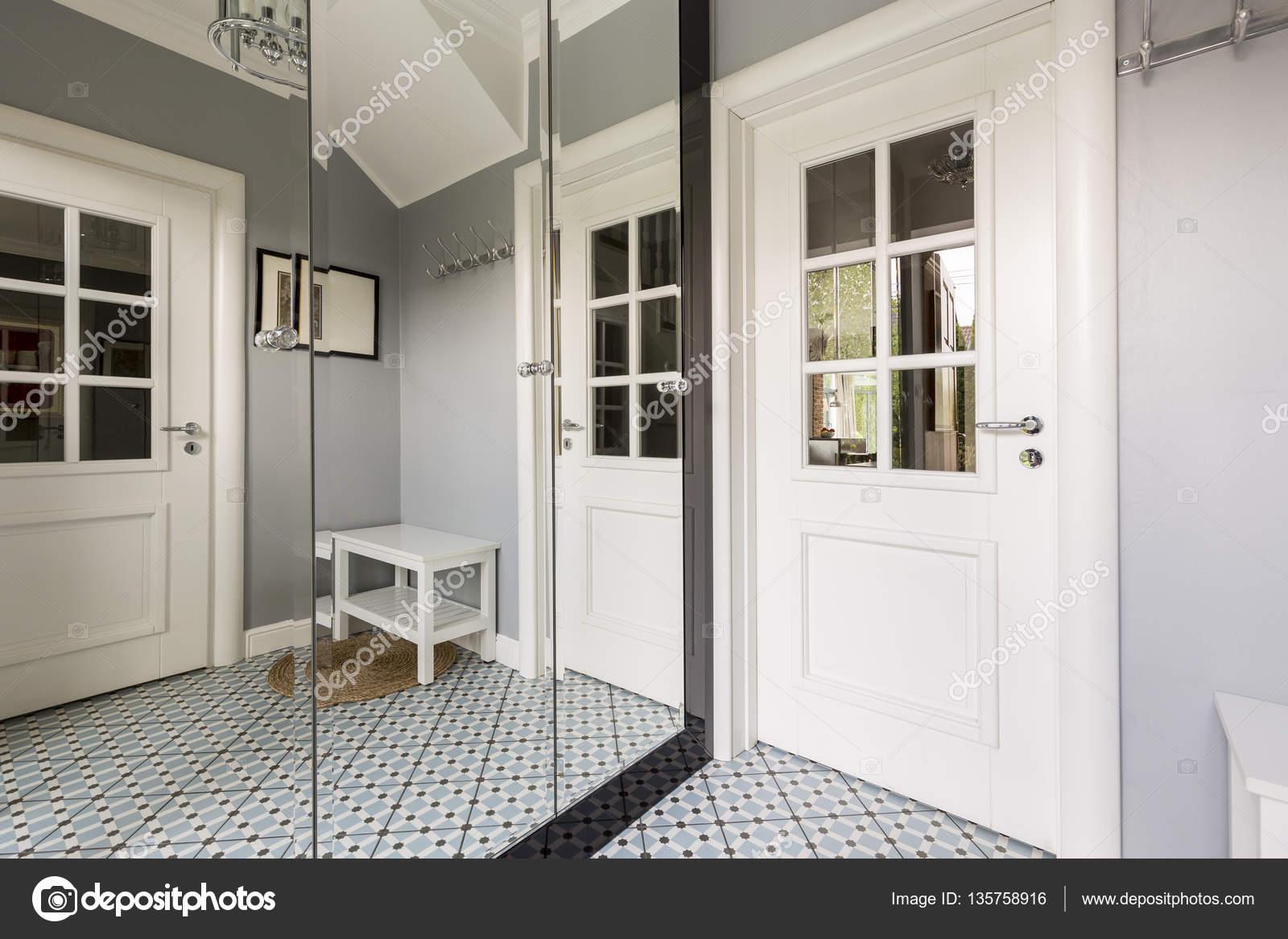 Minimalistische zimmer mit spiegelschrank u stockfoto