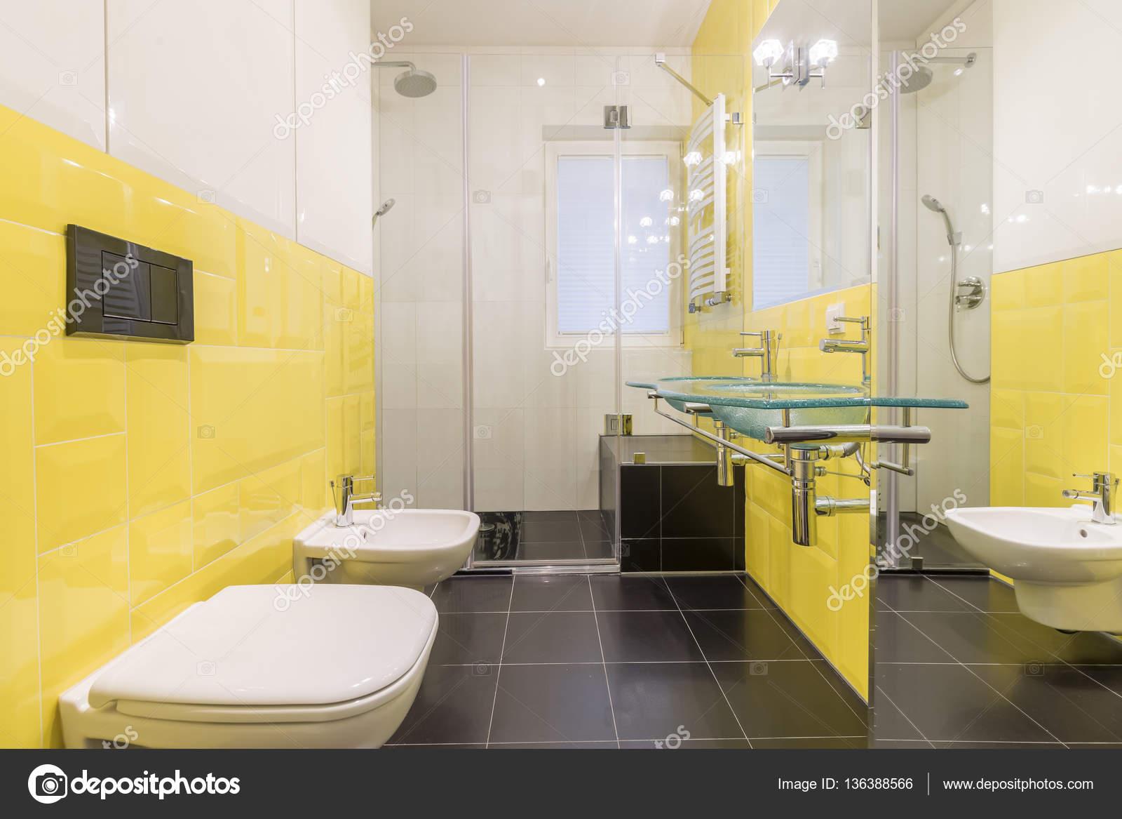 Bagno con piastrelle gialle foto stock 136388566 - Stock piastrelle bagno ...