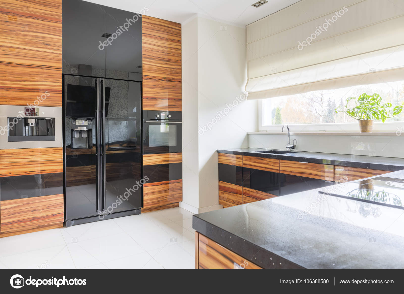 Kuchnia Z Czarny Marmurowy Blat Kuchenny Zdjęcie Stockowe