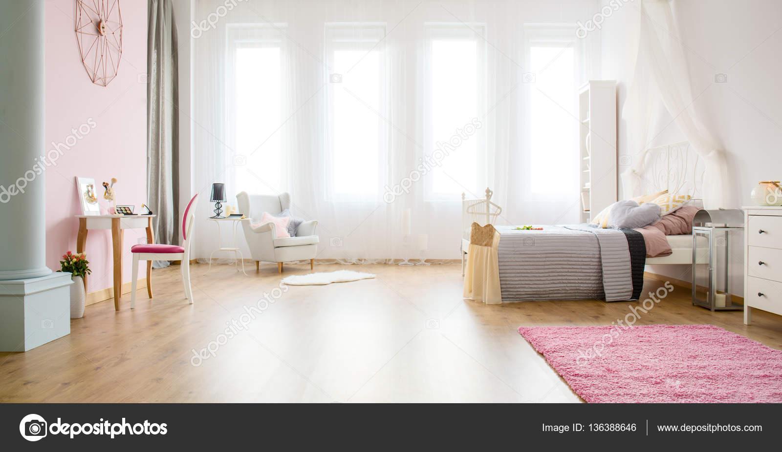 Lichte slaapkamer met panelen van de vloer — Stockfoto ...