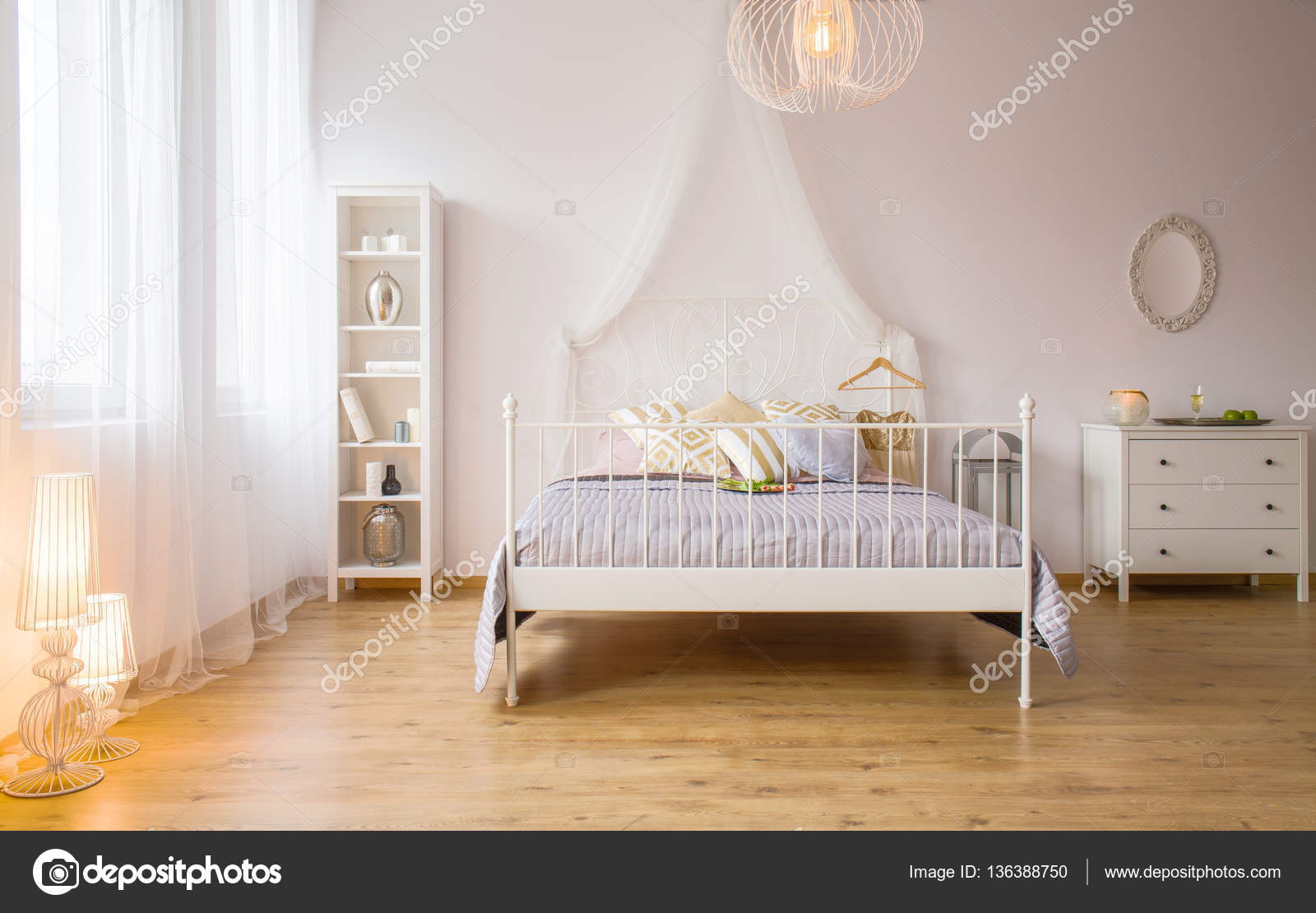 Letto matrimoniale e l\'illuminazione decorativa — Foto Stock ...