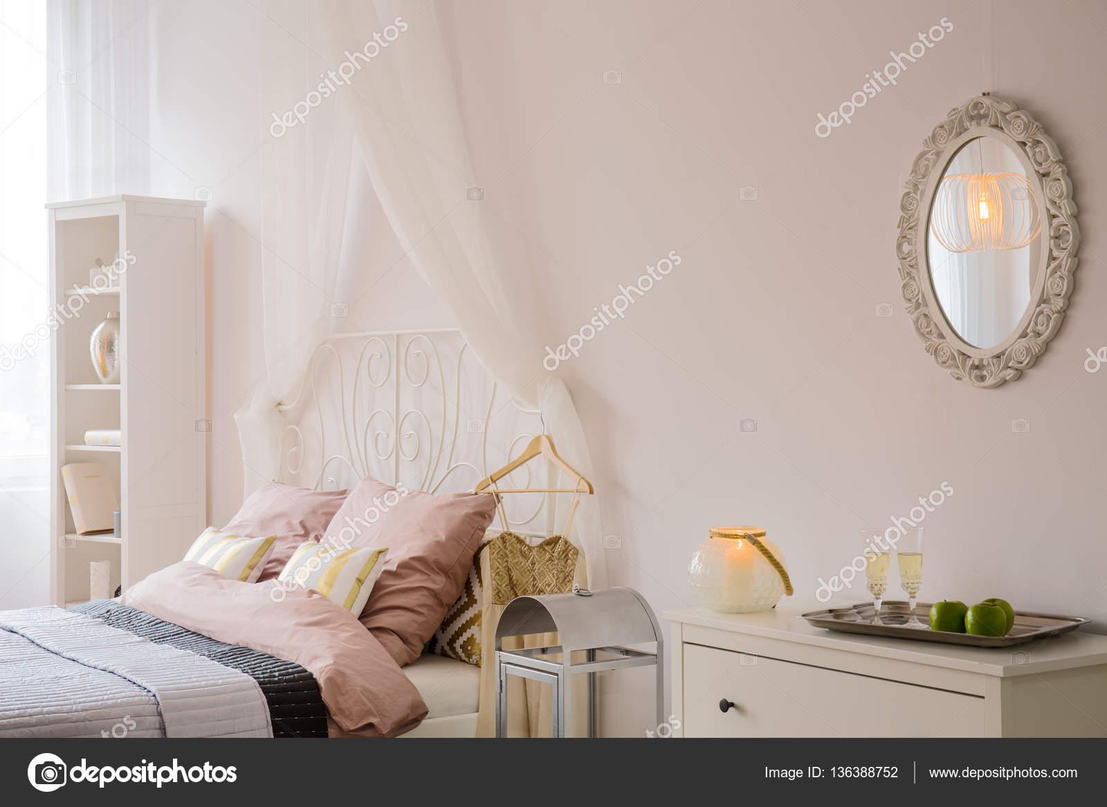 Schlafzimmer Mit Spiegel Und Kommode Stockfoto C Photographee Eu