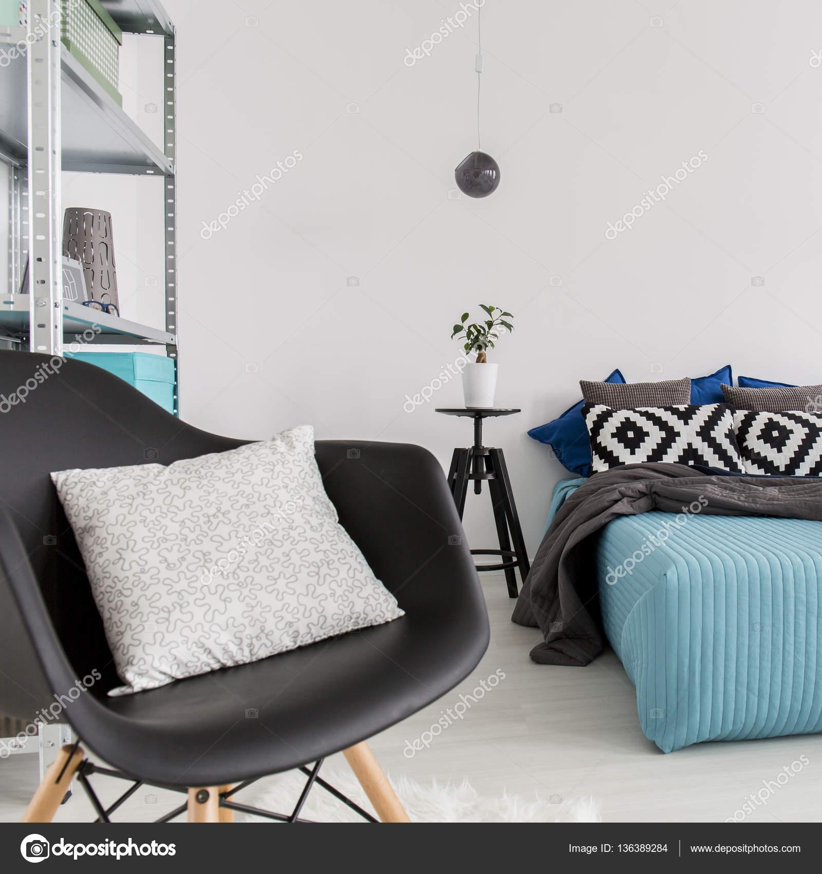 De Futuristische Fauteuil Ontwerp In Moderne Minimalistische Slaapkamer Met  Bed U2014 Foto Van Photographee.eu