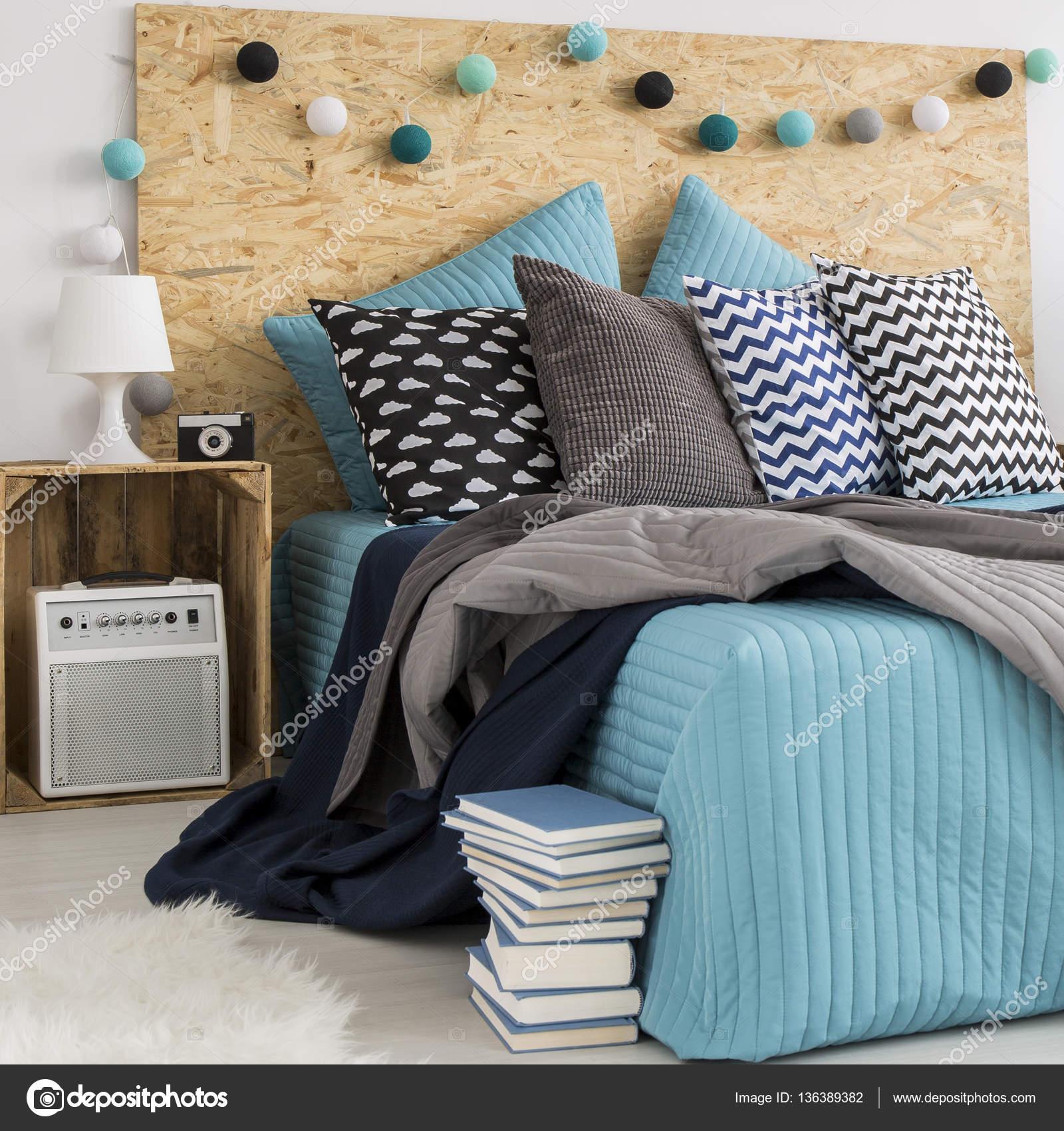 Duże łóżko Z Poduszki Dekoracyjne Zdjęcie Stockowe