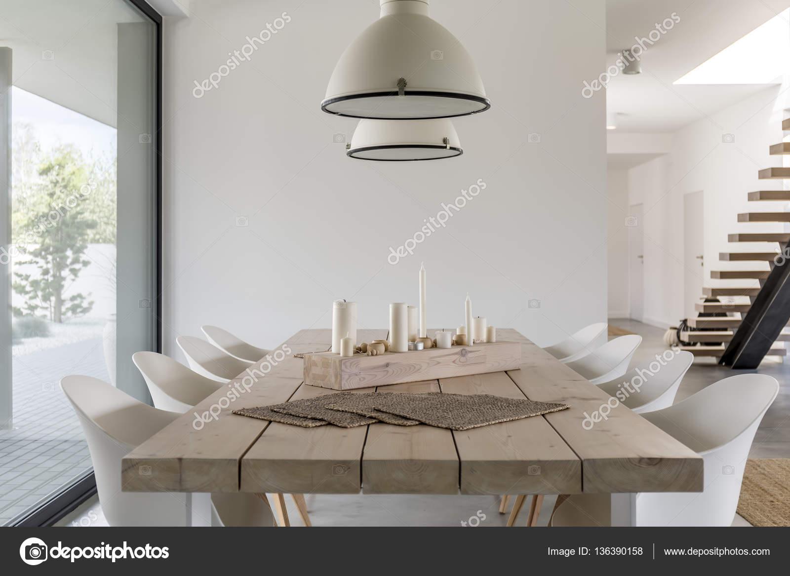 Sedie Bianche E Legno : Tavolo da pranzo e sedie bianche u2014 foto stock © photographee.eu