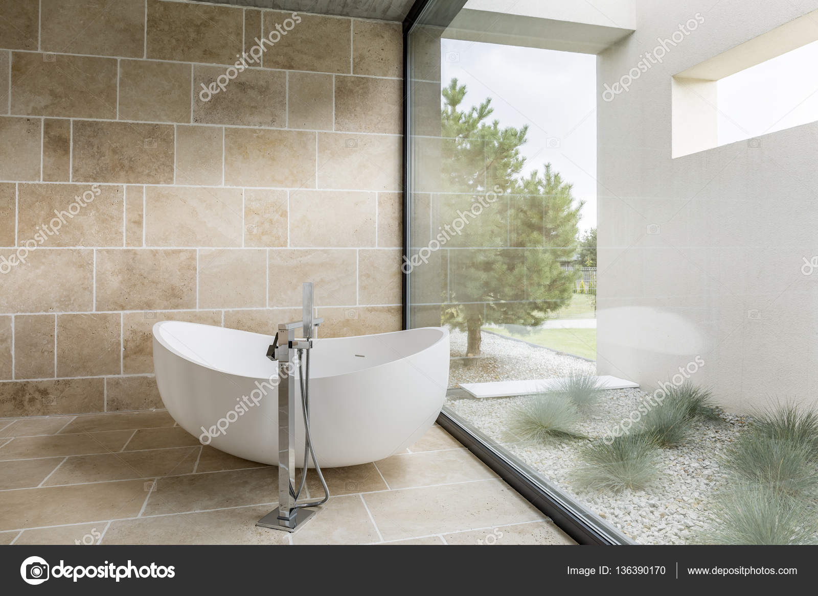 Badkamer met venster muur — Stockfoto © photographee.eu #136390170