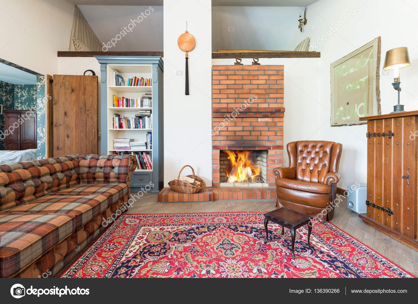 soggiorno rustico con camino — Foto Stock © photographee.eu #136390266