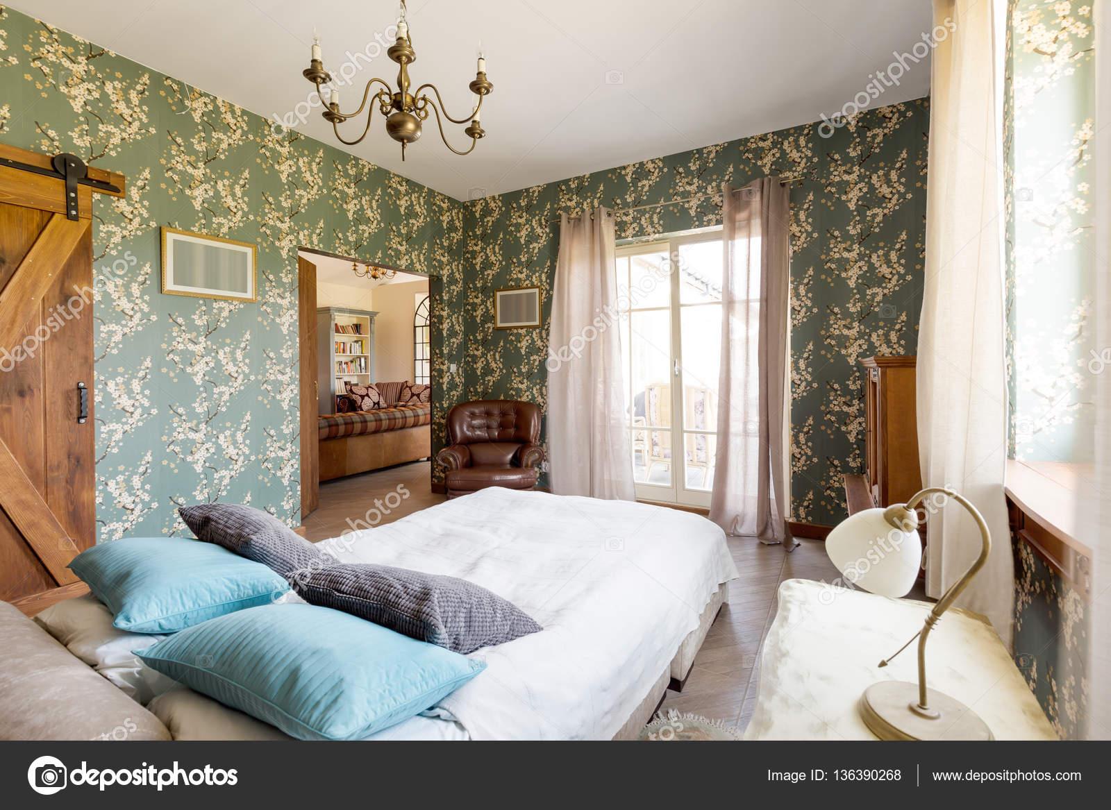 Bed in rustieke elegante slaapkamer — Stockfoto © photographee.eu ...