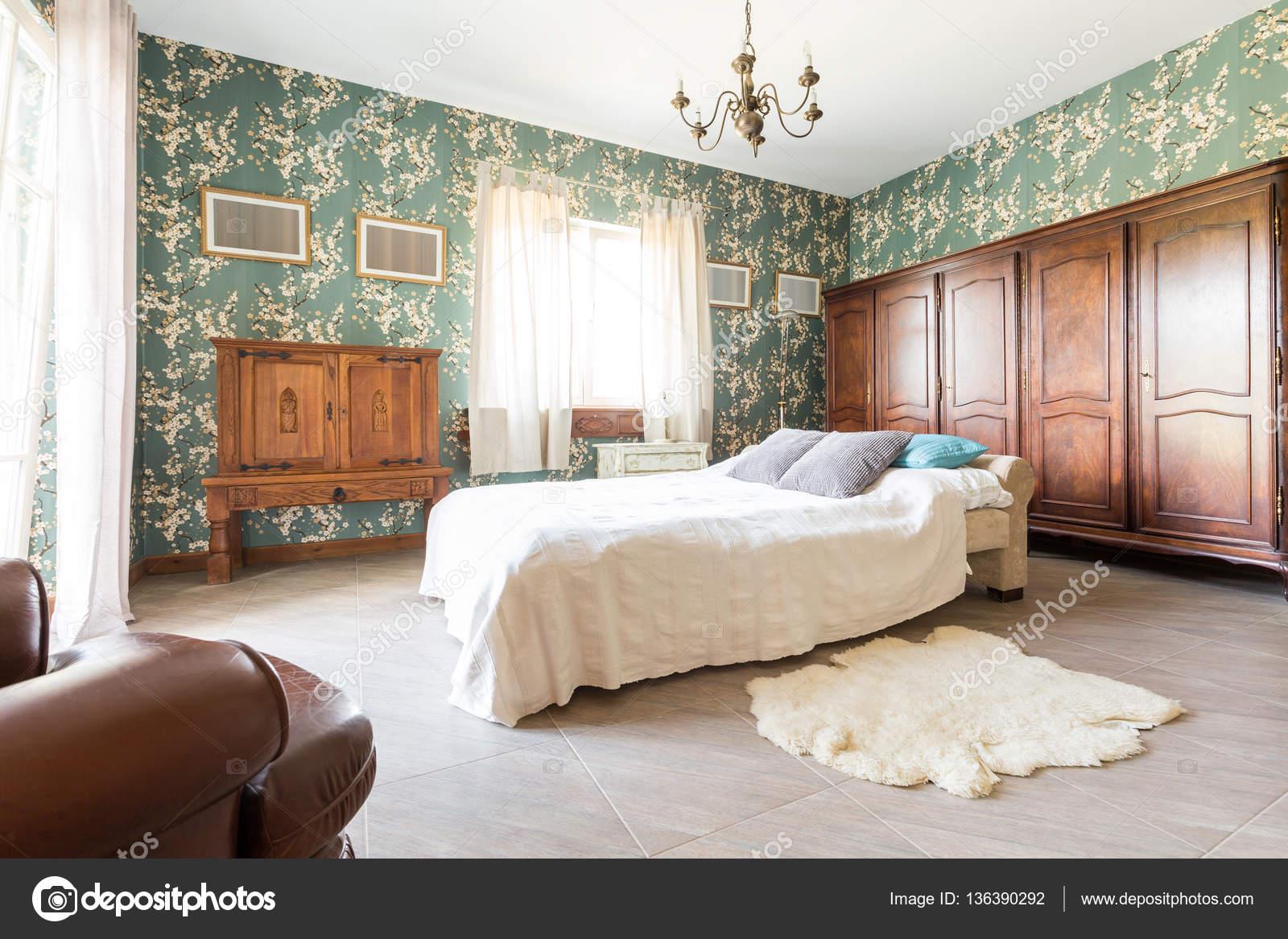 Lit dans la chambre à coucher ancienne — Photographie photographee ...