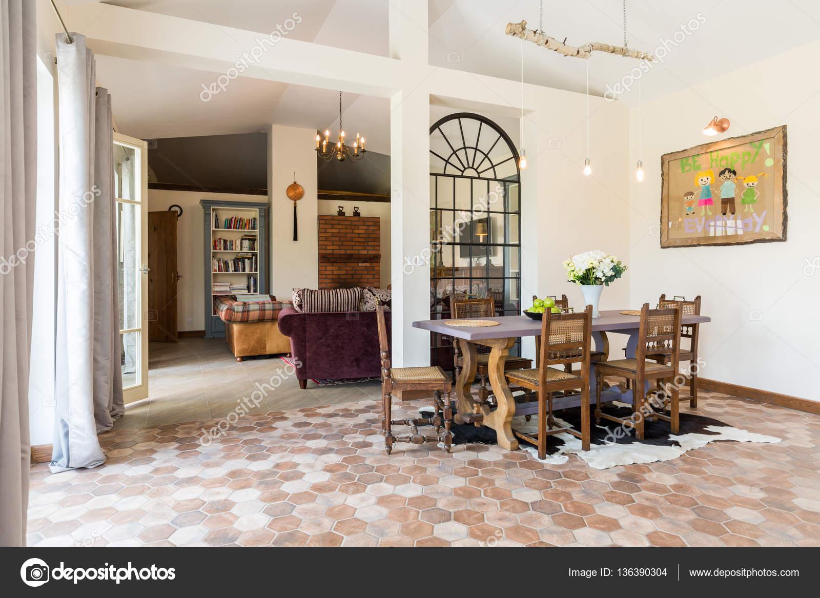 rustiek interieur met houten tafel stockfoto
