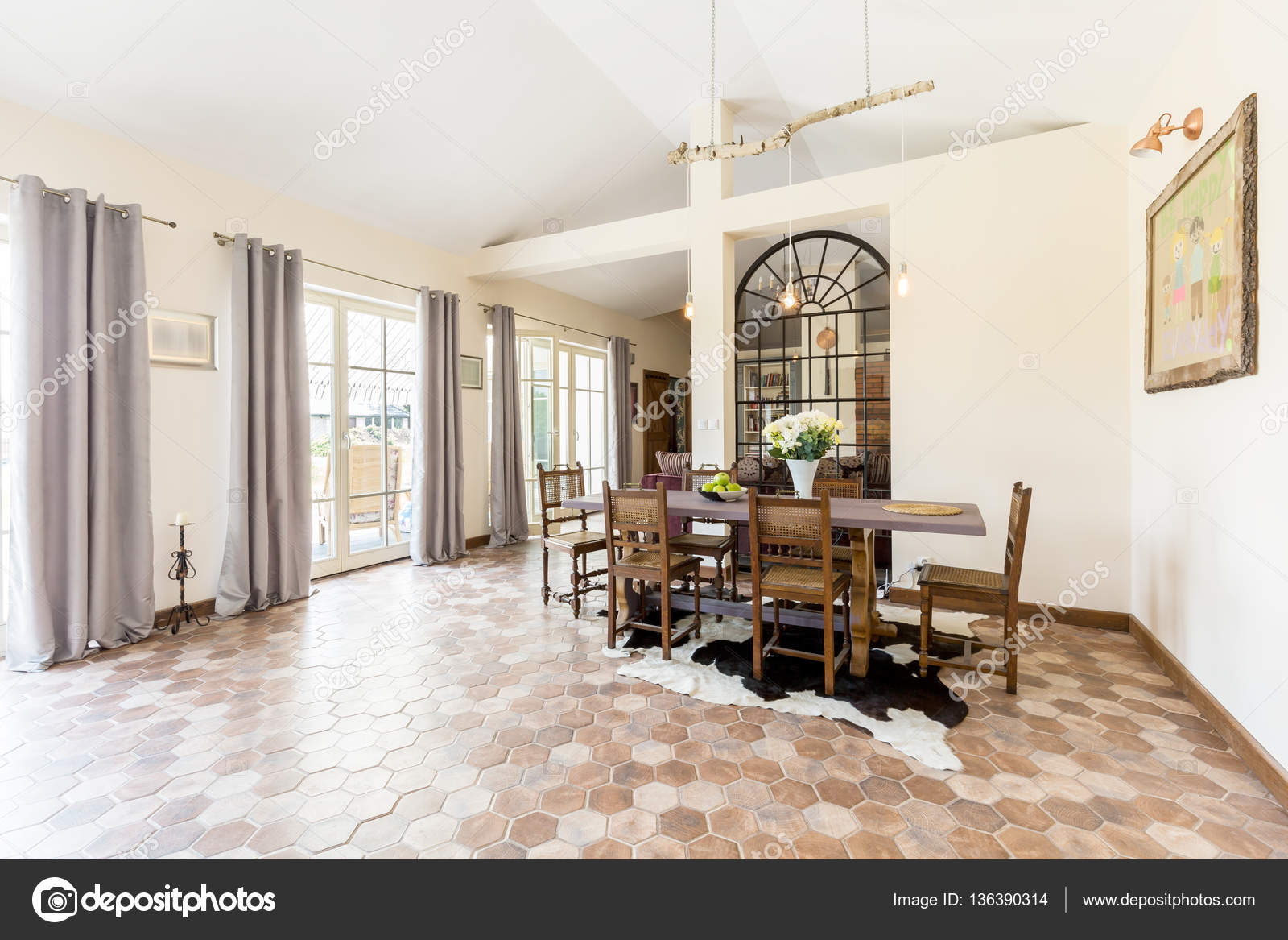 Sala Da Pranzo Rustica : Spaziosa sala da pranzo con mattonelle rustiche u foto stock