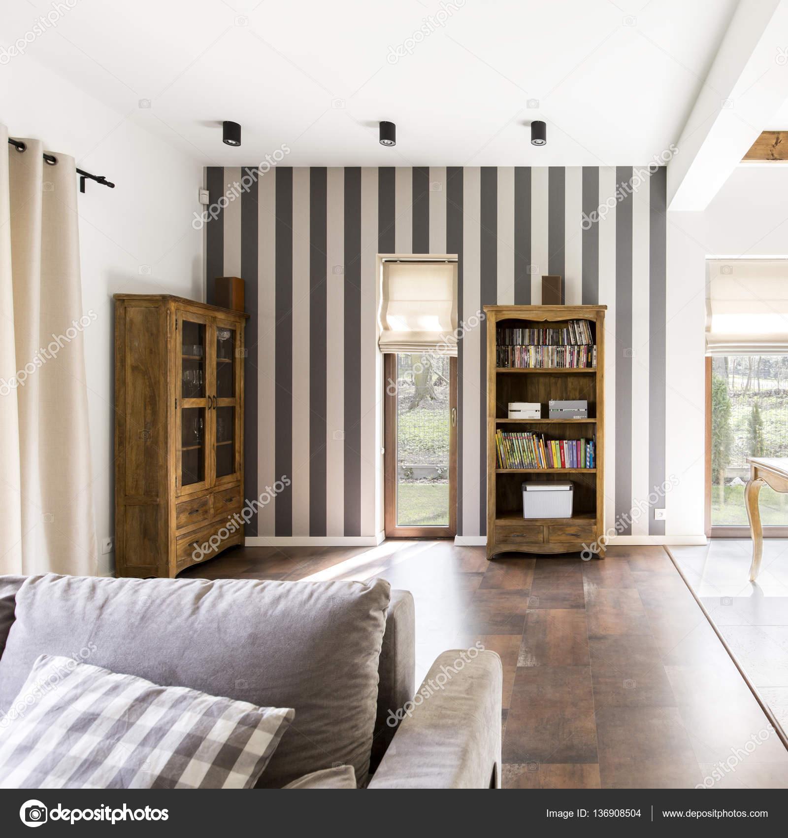 https://st3.depositphotos.com/2249091/13690/i/1600/depositphotos_136908504-stockafbeelding-stijlvolle-interieur-met-gestreept-behang.jpg