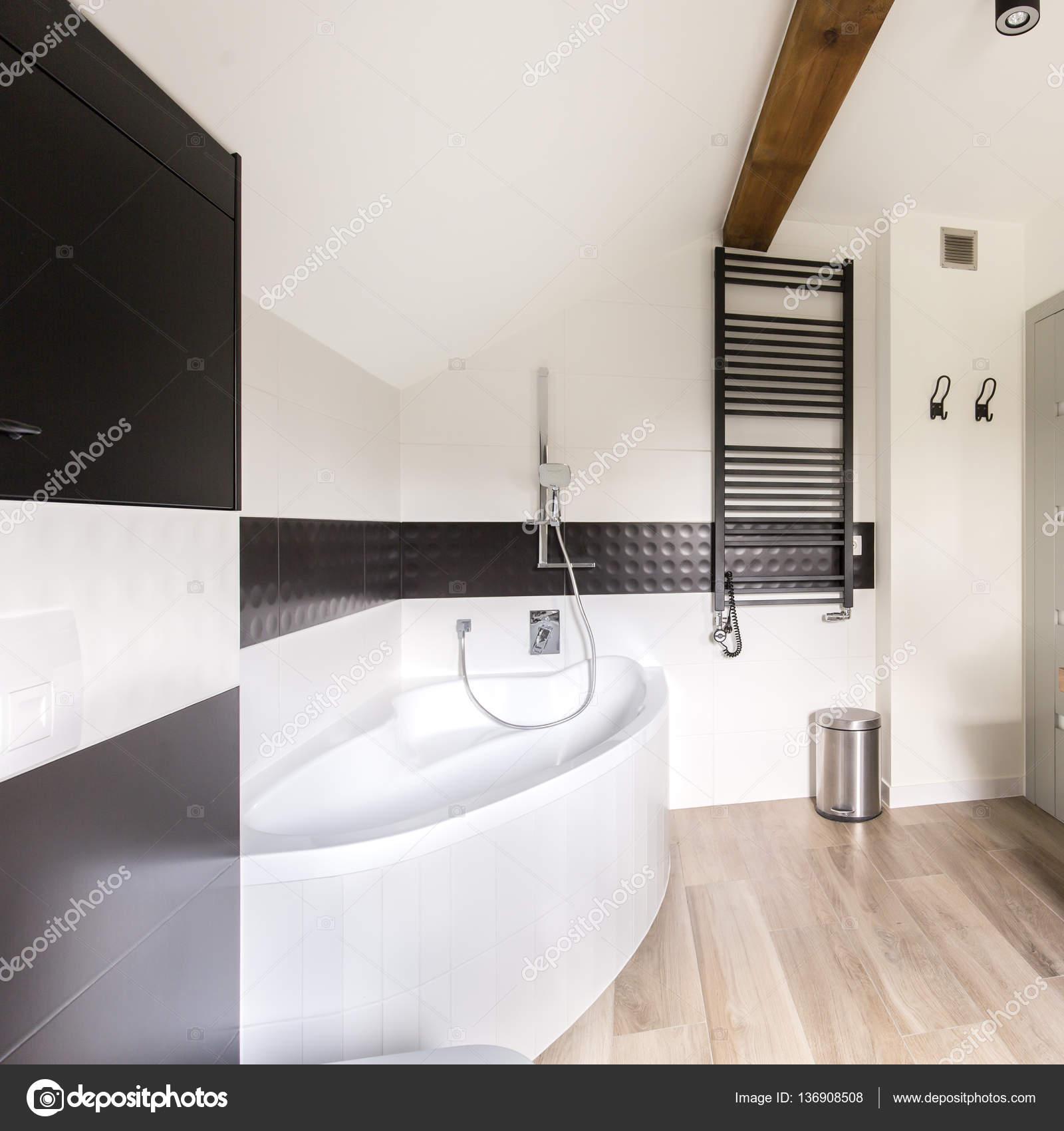 Moderne Badezimmer mit großer Badewanne — Stockfoto © photographee ...