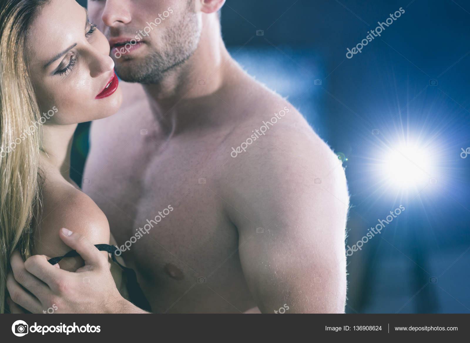 Раздевание медленно перед мужчинами голыми что