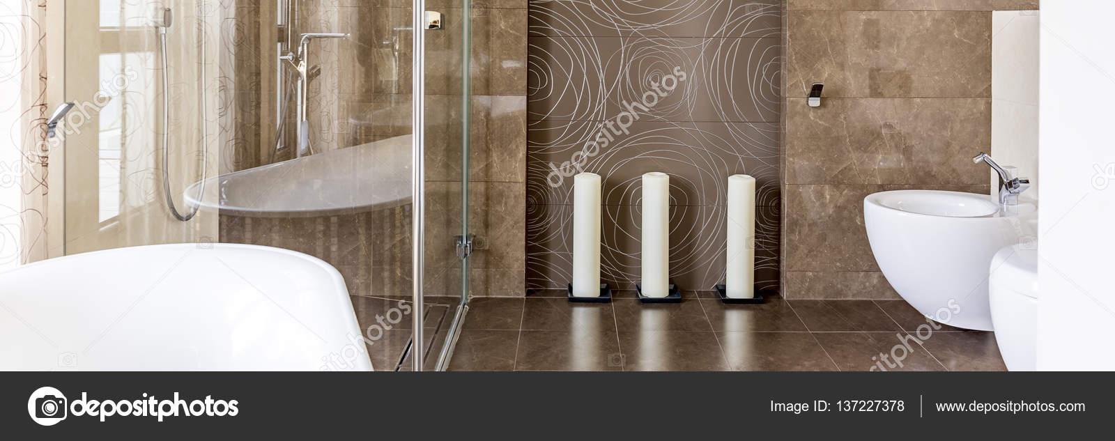 Badezimmer mit begehbarer Dusche — Stockfoto © photographee ...