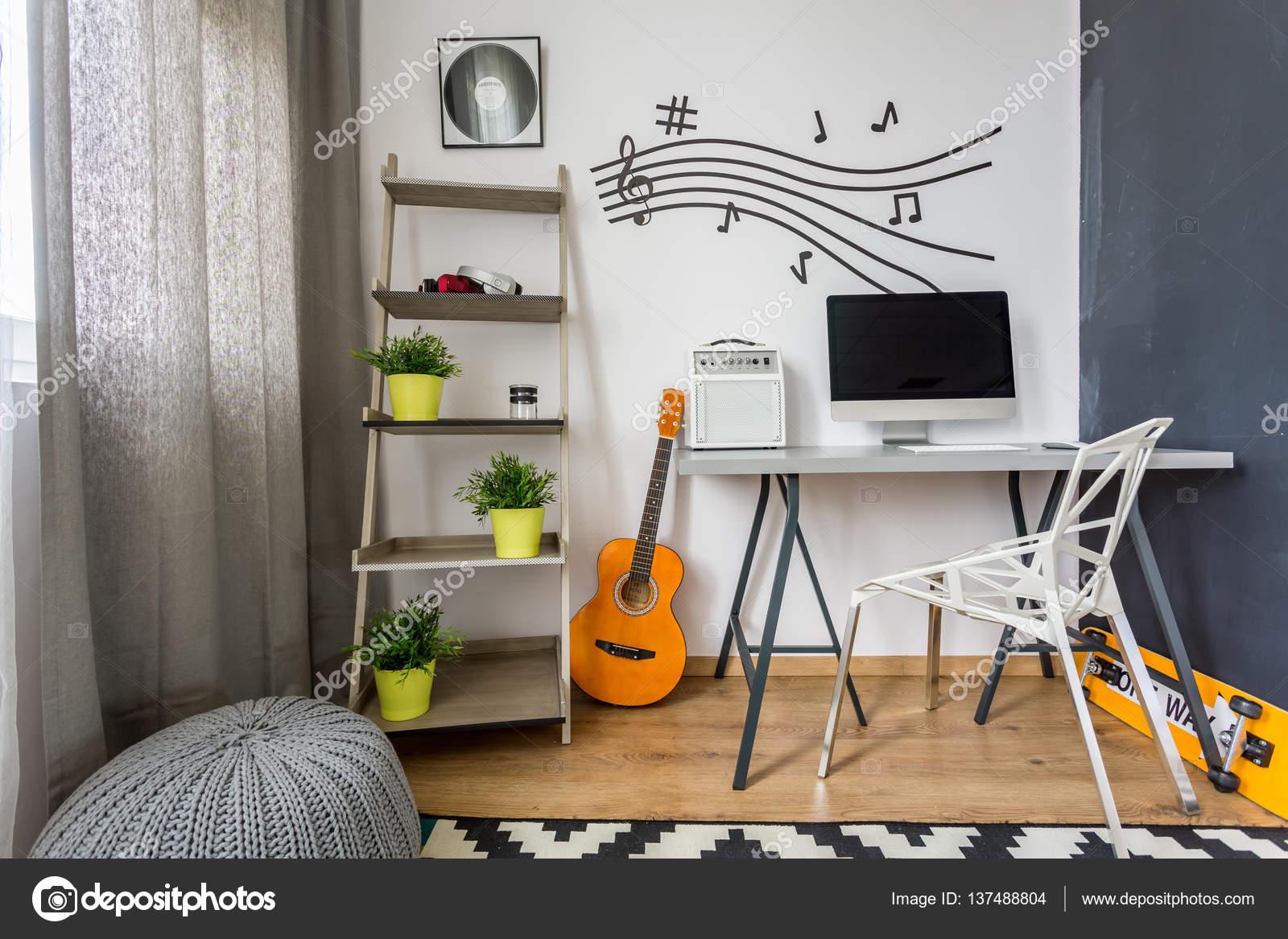 Minimalistische scandi kamer met gitaar u stockfoto photographee