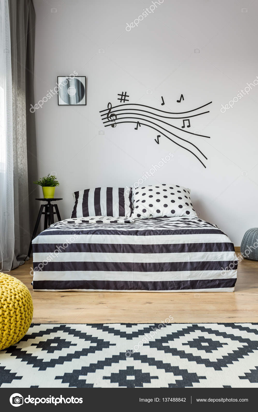 Musica nota doga in camera da letto scandi — Foto Stock ...