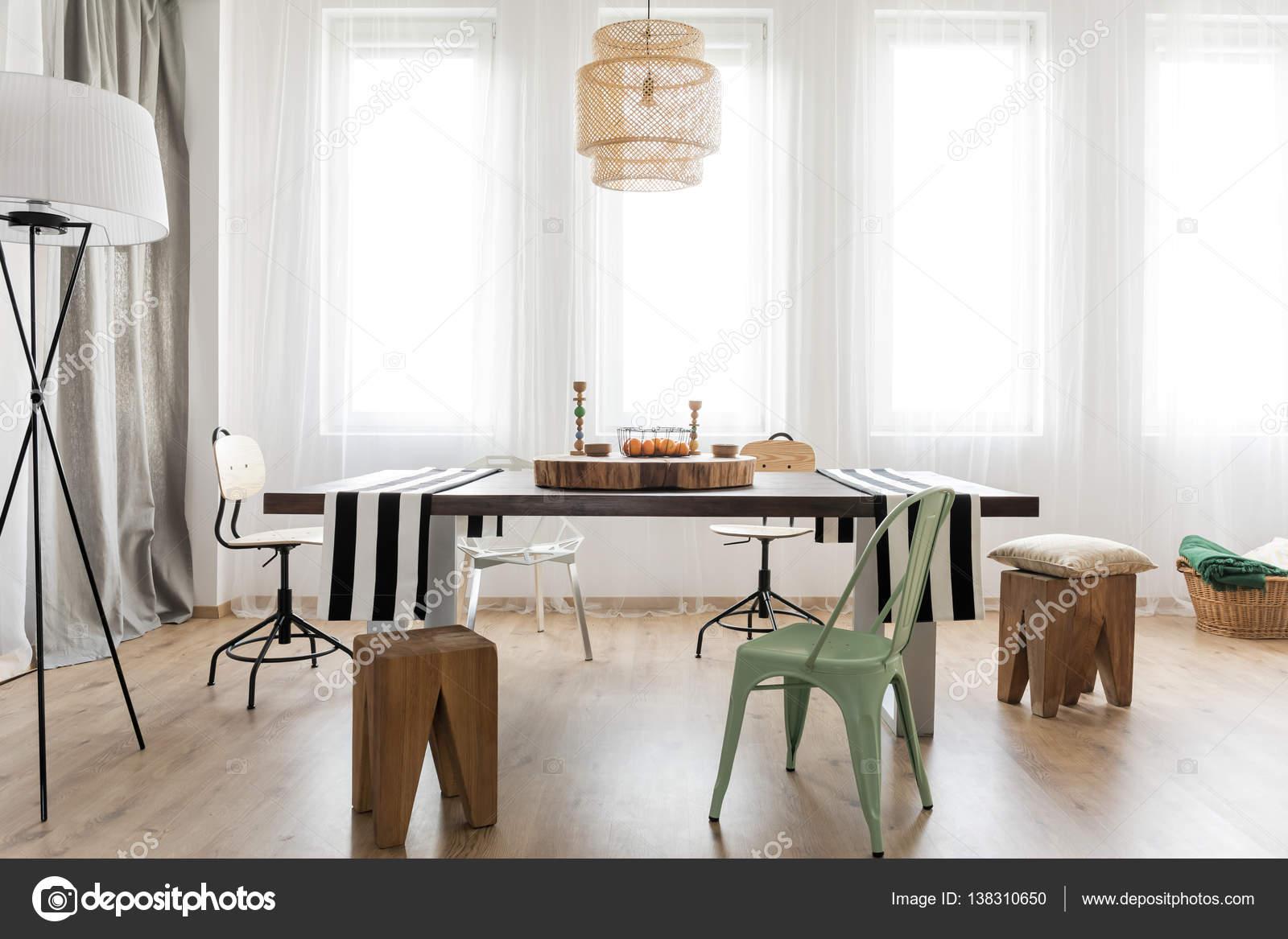 Onvoltooide project van minimalistische moderne keuken met tafel