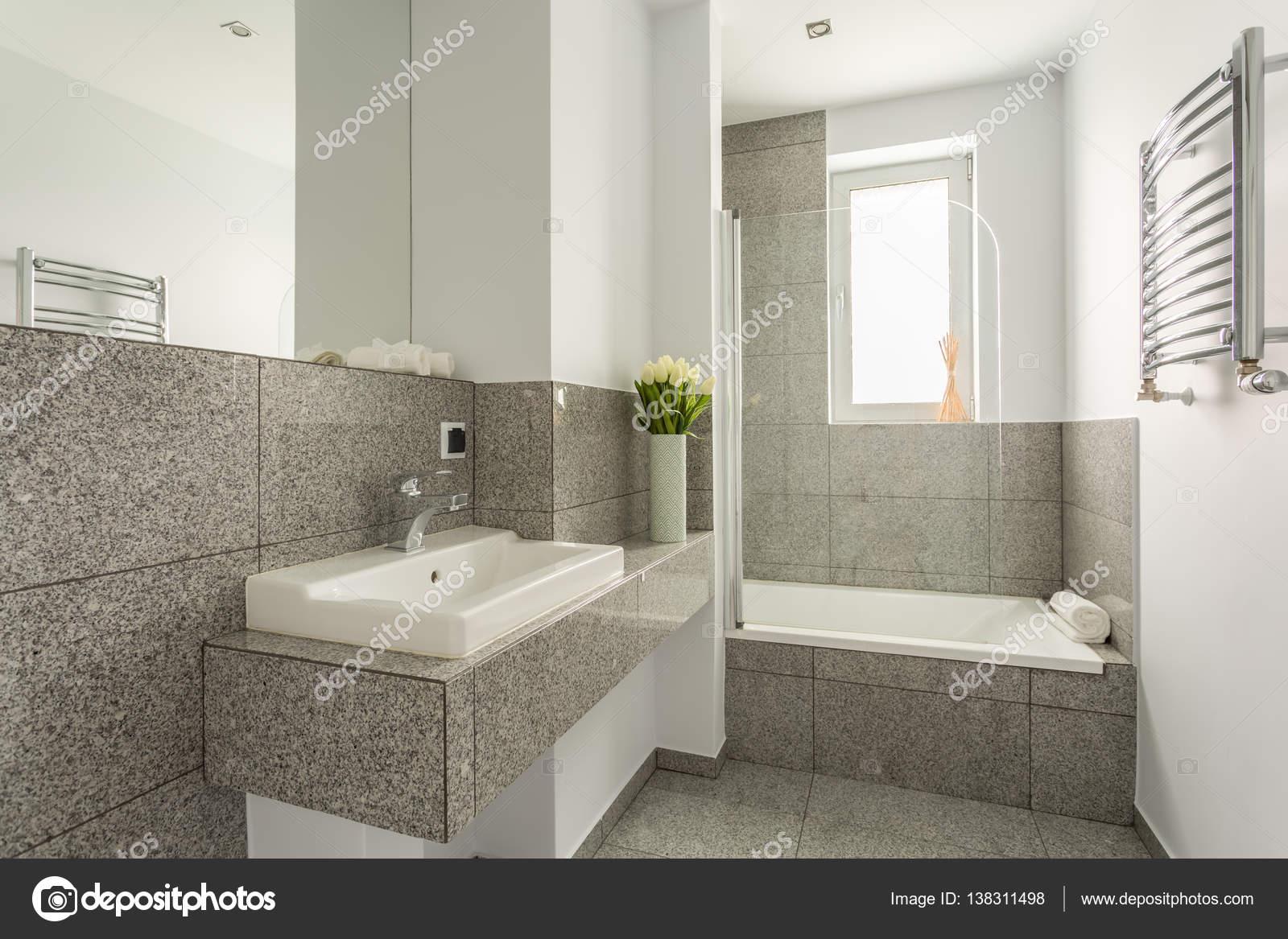 Minimalistische wastafel in granieten badkamer u stockfoto