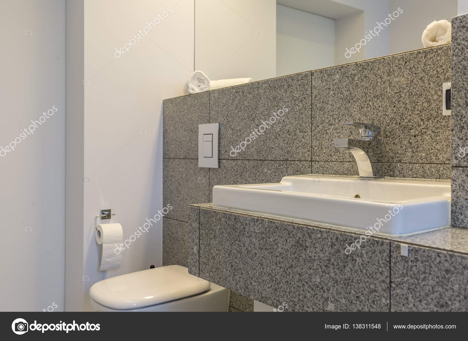 Graniet tegels in minimalistische badkamer — Stockfoto ...