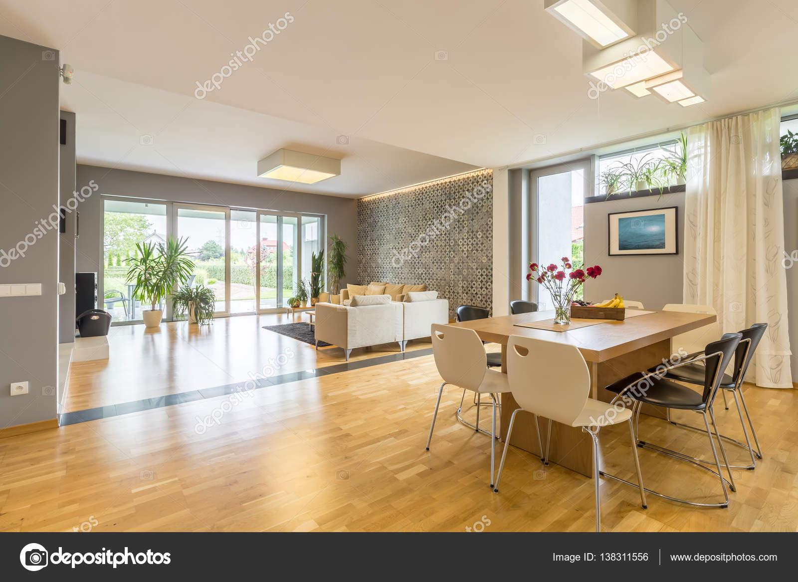 Große Fenster Haus — Stockfoto © photographee.eu #138311556